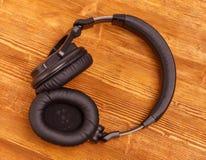 Ακουστικά στον ξύλινο πίνακα γραφείων Τοπ όψη στοκ φωτογραφία με δικαίωμα ελεύθερης χρήσης