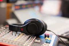 Ακουστικά στον υγιή αναμίκτη στο επαγγελματικό ραδιο στούντιο στοκ εικόνες