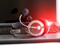 Ακουστικά στο πληκτρολόγιο σημειωματάριων Στοκ Εικόνες