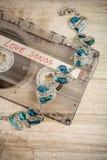 Ακουστικά ταινία κασετών και βραχιόλι Στοκ εικόνες με δικαίωμα ελεύθερης χρήσης