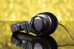 Ακουστικά του DJ στο κίτρινο υπόβαθρο από την εστίαση Στοκ Φωτογραφίες