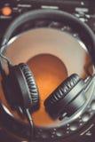 Ακουστικά του DJ στο φορέα μουσικής του CD Στοκ εικόνα με δικαίωμα ελεύθερης χρήσης
