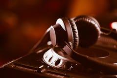 Ακουστικά του DJ στο φορέα μουσικής του CD Στοκ Φωτογραφία