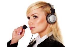 ακουστικά Mike που χαμογελούν χρησιμοποιώντας τη γυναίκα Στοκ φωτογραφία με δικαίωμα ελεύθερης χρήσης