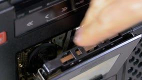 Ακουστικές κασέτες ενθέτων στο κασετόφωνο και το ωθώντας παιχνίδι, κουμπιά στάσεων απόθεμα βίντεο