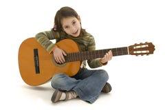 ακουστικές παίζοντας νεολαίες κιθάρων κοριτσιών Στοκ εικόνα με δικαίωμα ελεύθερης χρήσης