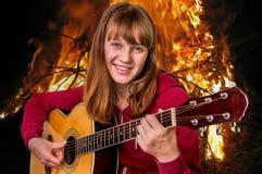 ακουστικές παίζοντας νεολαίες κιθάρων κοριτσιών Στοκ εικόνες με δικαίωμα ελεύθερης χρήσης
