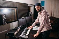 Ακουστική εφαρμοσμένη μηχανική Υγιής εργασία παραγωγών με τη μουσική Στοκ Εικόνες