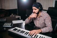 Ακουστική εφαρμοσμένη μηχανική, soundman εργασία με το συνθέτη Στοκ εικόνες με δικαίωμα ελεύθερης χρήσης