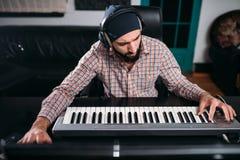 Ακουστική εφαρμοσμένη μηχανική, soundman εργασία με το συνθέτη Στοκ Φωτογραφίες