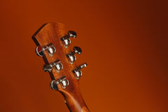 ακουστική κιθάρα έξι-σειράς σε ένα κόκκινο υπόβαθρο στοκ φωτογραφία με δικαίωμα ελεύθερης χρήσης