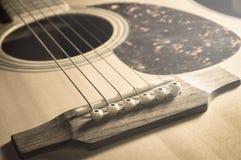 Ακουστική κιθάρα κινηματογραφήσεων σε πρώτο πλάνο, τρύγος που φιλτράρεται στοκ εικόνες