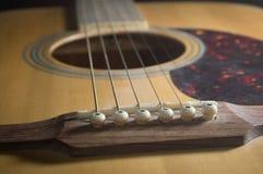 Ακουστική κιθάρα κινηματογραφήσεων σε πρώτο πλάνο, τρύγος που φιλτράρεται στοκ φωτογραφία