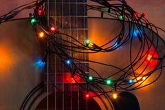 Ακουστική κιθάρα με την αναμμένη γιρλάντα στοκ φωτογραφία με δικαίωμα ελεύθερης χρήσης