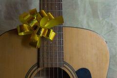 Ακουστική κιθάρα με την αναμμένη γιρλάντα στοκ εικόνες