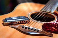 Ακουστική κιθάρα με τη χώρα φυσαρμόνικων μπλε στοκ φωτογραφίες με δικαίωμα ελεύθερης χρήσης