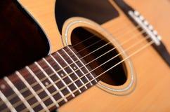 Ακουστική κιθάρα με το ρηχό βάθος του πεδίου στοκ εικόνα