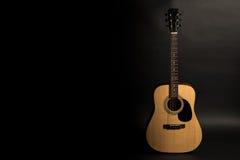 Ακουστική κιθάρα σε ένα μαύρο υπόβαθρο στη δεξιά πλευρά του πλαισίου Όργανο Stringed Οριζόντιο πλαίσιο Στοκ Εικόνα