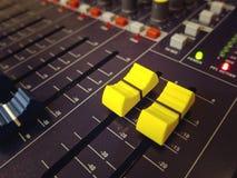 Ακουστική μίξης κονσολών κινηματογράφηση σε πρώτο πλάνο εξογκωμάτων και κουμπιών καναλιών κίτρινη στοκ φωτογραφία