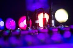 Ακουστική μουσική μιγμάτων του DJ αναμικτών του DJ γρύλων στην κονσόλα το χέρι του DJ s Στοκ φωτογραφία με δικαίωμα ελεύθερης χρήσης