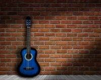 Ακουστική σκιά τοίχων υποβάθρου τούβλου κιθάρων στοκ εικόνες