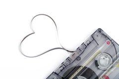 Ακουστική ταινία κασετών στο άσπρο backgound Ταινία που διαμορφώνει την καρδιά Στοκ Εικόνες