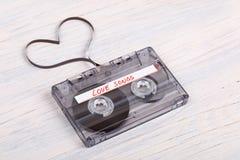 Ακουστική ταινία κασετών στο ξύλινο υπόβαθρο ακουστική ταινία που διαμορφώνει το hea Στοκ φωτογραφία με δικαίωμα ελεύθερης χρήσης