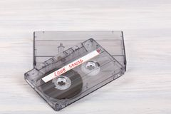 Ακουστική ταινία κασετών στο ξύλινο υπόβαθρο Στοκ Φωτογραφία