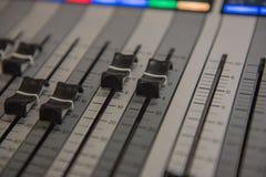 Ακουστική υγιής μουσική αναμικτών εργαλείων ρύθμισης κινηματογραφήσεων σε πρώτο πλάνο, τεχνολογία Στοκ εικόνα με δικαίωμα ελεύθερης χρήσης