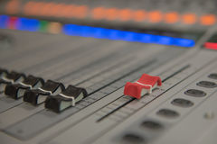 Ακουστική υγιής μουσική αναμικτών εργαλείων ρύθμισης κινηματογραφήσεων σε πρώτο πλάνο, τεχνολογία Στοκ φωτογραφίες με δικαίωμα ελεύθερης χρήσης