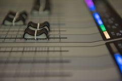 Ακουστική υγιής μουσική αναμικτών εργαλείων ρύθμισης κινηματογραφήσεων σε πρώτο πλάνο, τεχνολογία Στοκ Φωτογραφίες