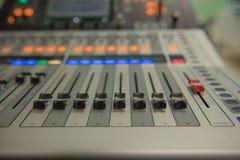 Ακουστική υγιής μουσική αναμικτών εργαλείων ρύθμισης κινηματογραφήσεων σε πρώτο πλάνο, τεχνολογία Στοκ Φωτογραφία