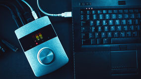 Ακουστικοί μετατροπέας και lap-top Στοκ φωτογραφία με δικαίωμα ελεύθερης χρήσης