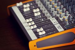 Ακουστικοί ολισθαίνοντες ρυθμιστές πινάκων εξοπλισμού εξισωτών μίξης στούντιο υγιείς και Στοκ φωτογραφία με δικαίωμα ελεύθερης χρήσης