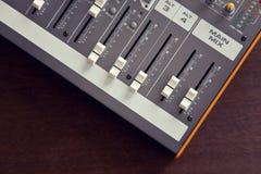 Ακουστικοί ολισθαίνοντες ρυθμιστές, faders και kno πινάκων εξισωτών αναμικτών στούντιο υγιείς Στοκ Εικόνες