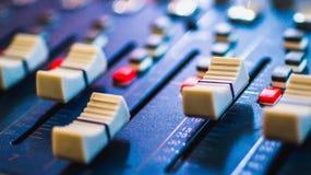 Ακουστικός αναμίκτης, εξοπλισμός μουσικής, καταγραφή, εργαλεία στούντιο, εργαλεία ραδιοφωνικής αναμετάδοσης, αναμίκτης, συνθέτης Στοκ φωτογραφία με δικαίωμα ελεύθερης χρήσης
