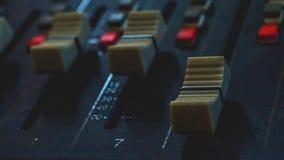 Ακουστικός αναμίκτης, εξοπλισμός μουσικής, καταγραφή, εργαλεία στούντιο, εργαλεία ραδιοφωνικής αναμετάδοσης, αναμίκτης, συνθέτης Στοκ Φωτογραφίες