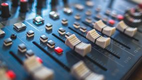 Ακουστικός αναμίκτης, εξοπλισμός μουσικής, καταγραφή, εργαλεία στούντιο, εργαλεία ραδιοφωνικής αναμετάδοσης, αναμίκτης, συνθέτης Στοκ Φωτογραφία