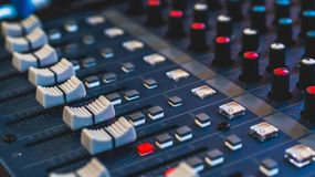 Ακουστικός αναμίκτης, εξοπλισμός μουσικής, καταγραφή, εργαλεία στούντιο, εργαλεία ραδιοφωνικής αναμετάδοσης, αναμίκτης, συνθέτης Στοκ εικόνα με δικαίωμα ελεύθερης χρήσης
