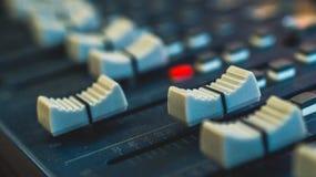 Ακουστικός αναμίκτης, εξοπλισμός μουσικής, καταγραφή, εργαλεία στούντιο, εργαλεία ραδιοφωνικής αναμετάδοσης, αναμίκτης, συνθέτης Στοκ Εικόνα