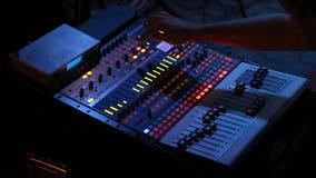 Ακουστικός αναμίκτης που λειτουργεί στη συναυλία βράχου απόθεμα βίντεο
