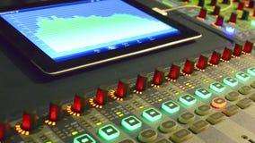 Ακουστικός αναμίκτης στούντιο μουσικής με την ψηφιακή επίδειξη μετρητών VU απόθεμα βίντεο