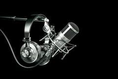 Ακουστικός εξοπλισμός στούντιο καταγραφής, ακουστικά στη στάση μικροφώνων απεικόνιση αποθεμάτων