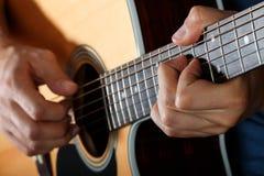 Ακουστικός κιθαρίστας που εκτελεί το τραγούδι Στοκ Φωτογραφία