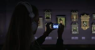Ακουστικός-οδηγός ακούσματος γυναικών και παραγωγή της φωτογραφίας της ζωγραφικής φιλμ μικρού μήκους