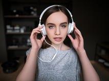 Ακουστικό άκουσμα βιβλίων θηλυκές προκλητικές νεολαίες Στοκ Φωτογραφία