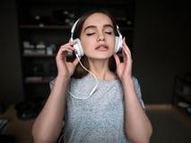 Ακουστικό άκουσμα βιβλίων Όμορφος νέος φίλος της μουσικής Στοκ Φωτογραφία