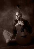 ακουστικό άτομο κιθάρων Στοκ εικόνα με δικαίωμα ελεύθερης χρήσης