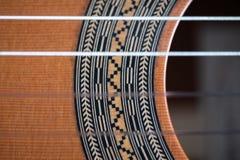ακουστικό ισπανικό ύφος κιθάρων λεπτομέρειας ανασκόπησης μαύρο κλασσικό στοκ εικόνα με δικαίωμα ελεύθερης χρήσης