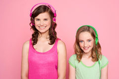 ακουστικό κοριτσιών που θέτει το χαμόγελο Στοκ Φωτογραφίες